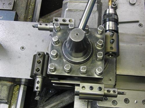 内小径加工用の段取りとしてゴリラホルダーを刃物台に4個取りつけた状態