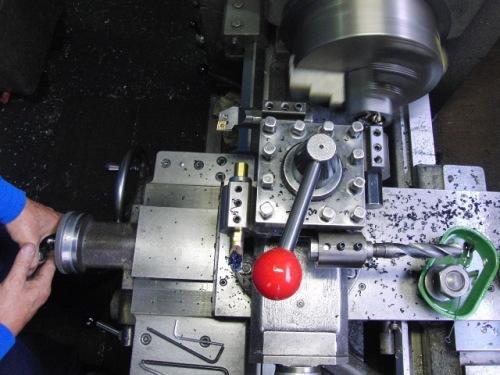 旋盤内径荒加工用の段取りを刃物台にした状態で内径溝加工をしている所