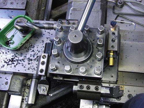 旋盤の刃物台にゴリラホルダーへ取りつけた内径工具を複数個取りつけた状態