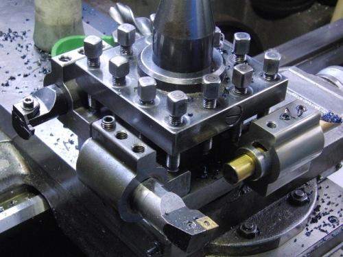 旋盤の刃物台にゴリラホルダーへ取りつけた内径工具を4個取りつけた状態