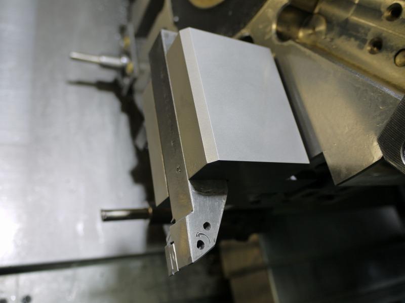 外径仕上げ工具をNC旋盤で付きだして干渉を防ぐ。