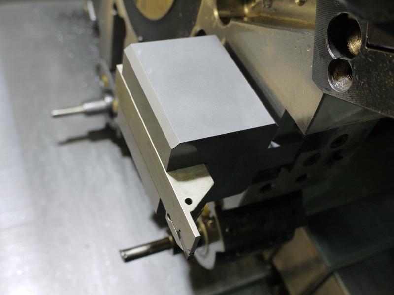 外径溝入れバイトをゴリラホルダーアームを使用して取付。