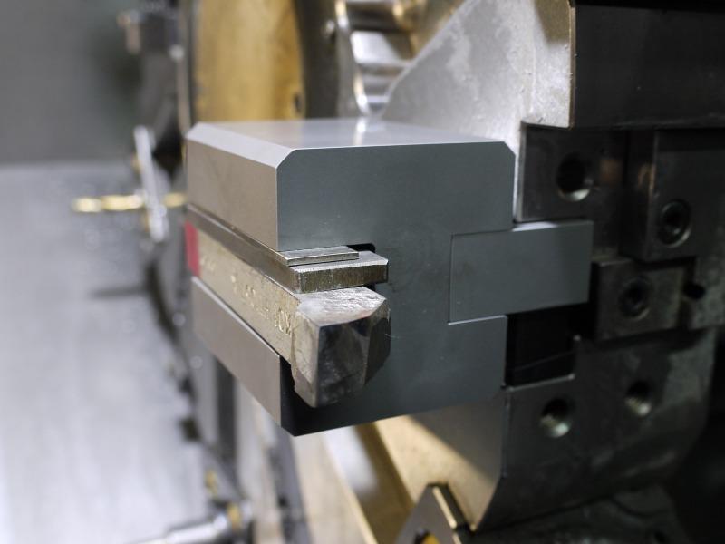 敷板を使って芯出し。ロウ付け付け刃バイトをNC旋盤で使う。ゴリラホルダーアーム。