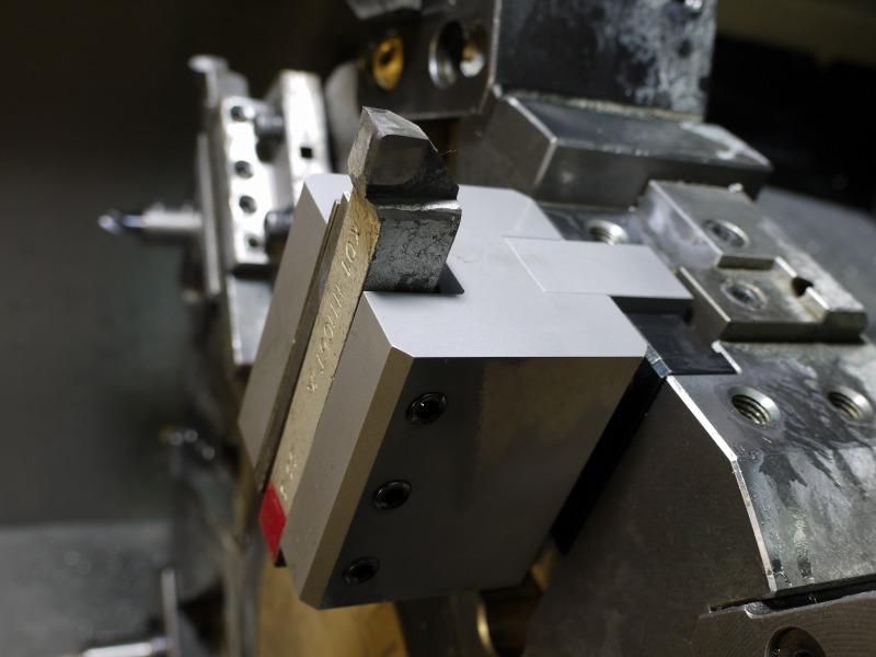 K種の付刃バイトをゴリラホルダーアームを使用してNC旋盤に取り付けた状態。